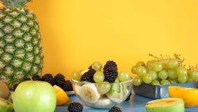 Sund och läcker blandning av exotiska frukter i den glass bunken lager videofilmer