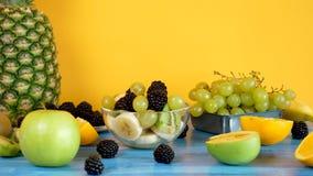 Sund och läcker fruktsallad bredvid skivade frukter arkivfilmer