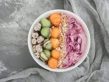 Sund och läcker mat - bärsmoothie och mysli fotografering för bildbyråer