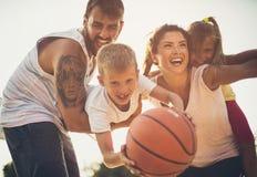 Sund och lycklig familj arkivbilder
