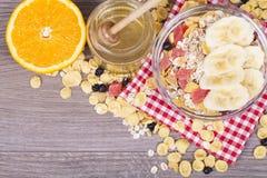 Sund och smaklig mat på en träbakgrund arkivfoto