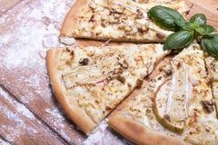 Sund ostpizza på tabellen Arkivfoton