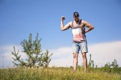 Sund passformidrottsman som av utbildar och visar hans muskler Arkivbild