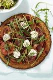 Sund quinoapizza med tomater och solen torkade tomater och getost Royaltyfri Foto