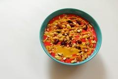 Sund sädesslag med rasberries, jordnötsmör, torkade frukter och mandlar royaltyfri fotografi