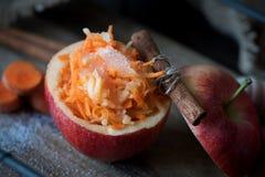 Sund sallad av morötter och äpplen Sund efterrätt Arkivbild