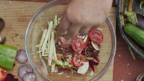 Sund sallad med champinjoner & fiskdressingen stock video