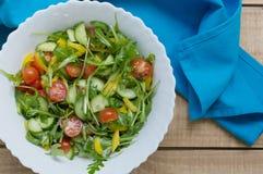 Sund sallad med körsbärsröda tomater, gul peppar, arugula Arkivfoto