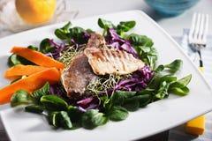 Sund sallad med mackerelen och grönsaker Royaltyfri Fotografi