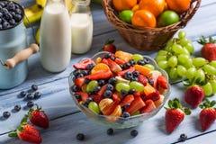 Sund sallad som göras av nya frukter royaltyfri foto