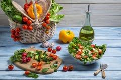 Sund sallad som göras med nya grönsaker Arkivbild