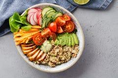 Sund salladbunke med quinoaen, grillad höna och avokadot royaltyfri bild