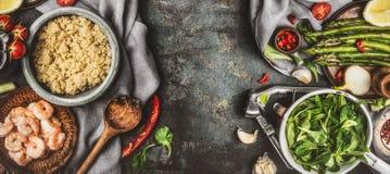 Sund salladförberedelse med matlagningsked- och superfoodingredienser: quinoa, sparris, ny seasong, kryddor och räkor på Fotografering för Bildbyråer