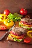 Sund smörgås med salamitomatpeppar och grönsallat Royaltyfri Foto