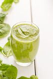 Sund smaklig grön avokadoskaka eller Smoothie Royaltyfria Bilder