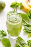 Sund smaklig grön avokadoskaka eller Smoothie Royaltyfri Foto