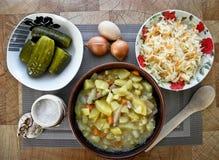 Sund smaklig mat, kokta potatisar från ugnen och ett mellanmål royaltyfri fotografi