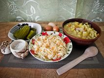 Sund smaklig mat, kokta potatisar från ugnen och ett mellanmål royaltyfria bilder
