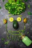 Sund smoothie för grön detox från grön frukt, avokado, sallad, grönkål, limefrukt, kiwi, mintkaramell Matframsida, rolig mat för  fotografering för bildbyråer