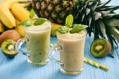 Sund smoothie med pineaple, kiwi och bananer Arkivbild