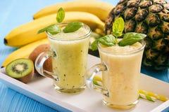 Sund smoothie med pineaple, kiwi och bananer Royaltyfria Foton