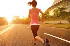 Sund spring för kvinna för livsstilkonditionsportar Royaltyfria Bilder