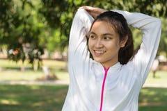 Sund sträckning för ung kvinna Arkivfoton