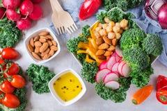 Sund strikt vegetarianbuddha bunke med grönkålsidor och rå grönsaker Royaltyfri Fotografi