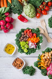 Sund strikt vegetarianbuddha bunke med grönkålsidor och rå grönsaker arkivfoto