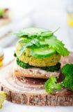 Sund strikt vegetarianhamburgare med broccoli, spenatliten pastej royaltyfri fotografi
