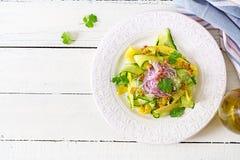 Sund strikt vegetariansalladmango, gurka, koriander och röd lök i söt och sur sås thai mat sunt mål Top beskådar Lekmanna- lägenh arkivbilder