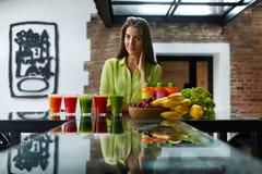 Sund äta härlig kvinna med nya Juice Smoothie Indoors Arkivbild