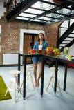 Sund äta härlig kvinna med nya Juice Smoothie Indoors Fotografering för Bildbyråer