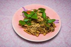Sund thailändsk sallad med bambuskott och herb/sötpotatisen ingen pu för mai-sainam Arkivfoto