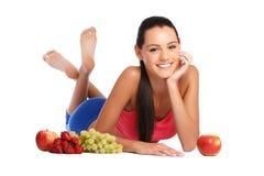 Sund ung brunettkvinna som poserar med frukter Arkivbild