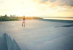 Sund ung kvinna som tycker om en morgonkörning Royaltyfria Bilder