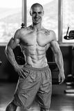 Sund ung man som böjer muskler Arkivbild
