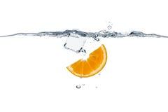 Sund uppfriskning med apelsin- och iskuben Arkivfoton