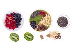 Sund vegetarisk Näring-frukt och Berry Smoothie With Oat Flakes och Chia Seeds arkivbilder