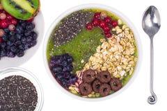 Sund vegetarisk Näring-frukt och Berry Smoothie With Oat Flakes och Chia Seeds royaltyfria foton
