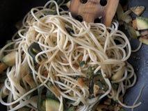 Sund vegetarisk pasta på en panna Royaltyfria Foton
