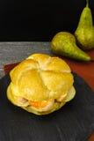 Sund vegetarisk Veggiesmörgås med fransk mjuk ost, ärta fotografering för bildbyråer