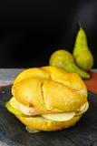 Sund vegetarisk Veggiesmörgås med fransk mjuk ost, ärta arkivfoto