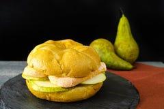 Sund vegetarisk Veggiesmörgås med fransk mjuk ost, ärta royaltyfri foto
