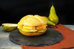 Sund vegetarisk Veggiesmörgås med fransk mjuk ost, ärta royaltyfri bild
