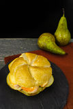 Sund vegetarisk Veggiesmörgås med fransk mjuk ost, ärta arkivfoton