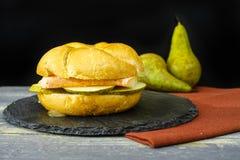 Sund vegetarisk Veggiesmörgås med fransk mjuk ost, ärta royaltyfria foton