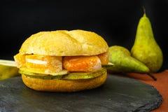 Sund vegetarisk Veggiesmörgås med fransk mjuk ost, ärta royaltyfri fotografi