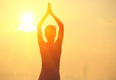Sund yogakvinnameditation på soluppgångsjösidan Arkivbilder