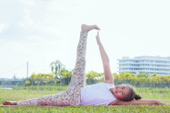 Sund yogaunge och koncentrat i parkera, ungeyoga Practi royaltyfri foto